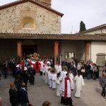 La processione esce dalla Pieve