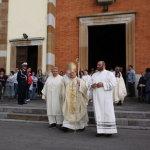 Il vescovo esce dopo la Messa